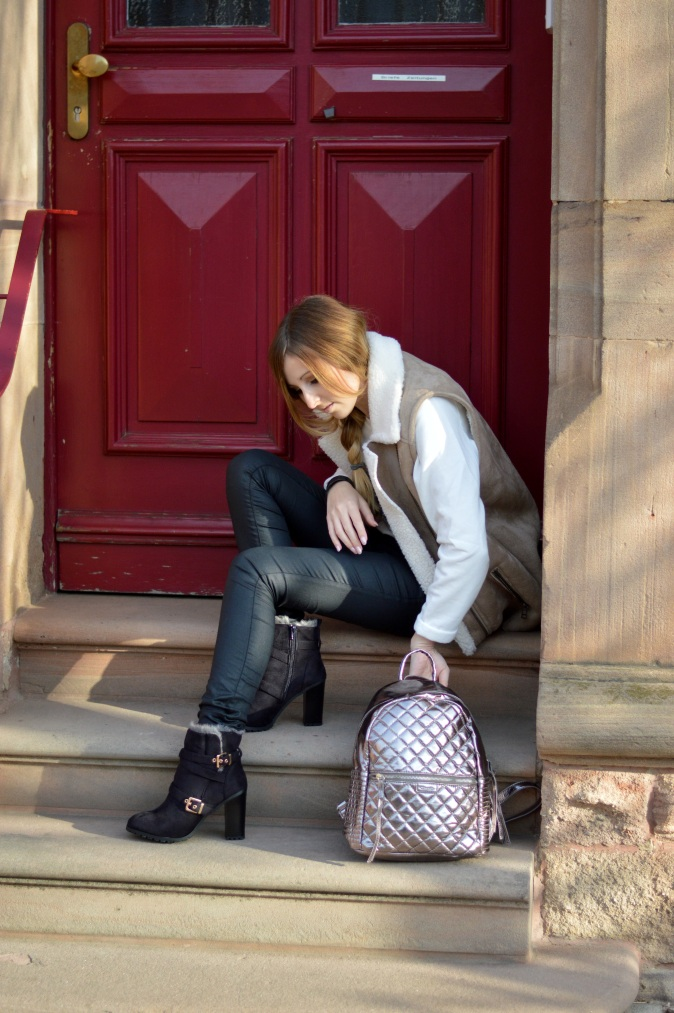 Maracujabluete-Modeblog-Outfit-Winter-Schaffell-Jacke-Rucksack-28