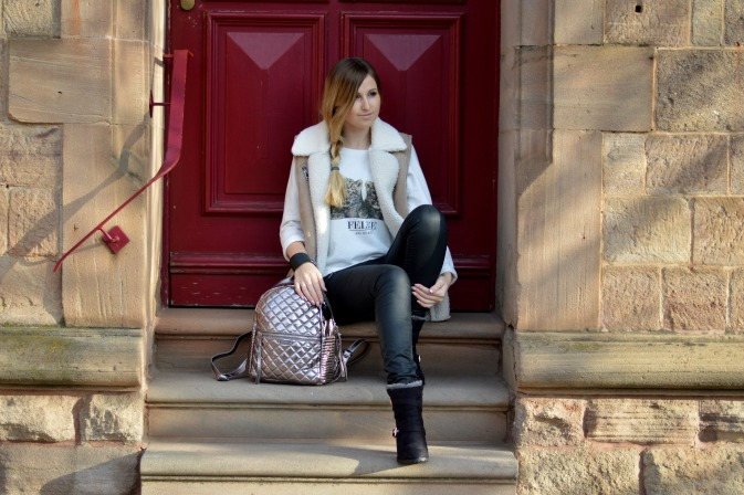 Maracujabluete-Modeblog-Outfit-Winter-Schaffell-Jacke-Rucksack-4