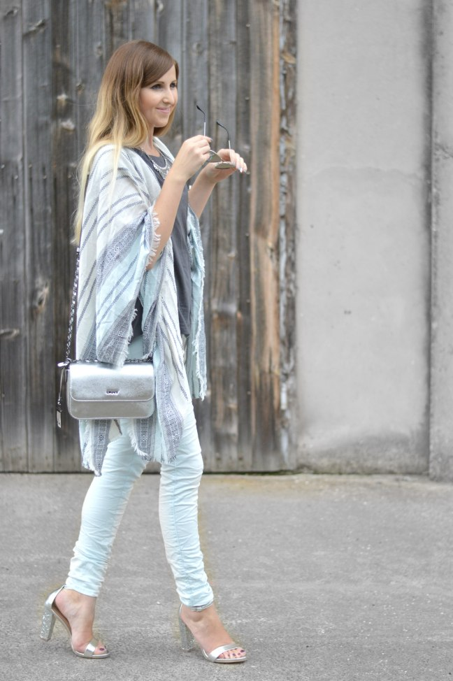 Maracujabluete-Fashionblog-Mannheim-streetstyle-outfit-hellblau-poncho-metallic-1