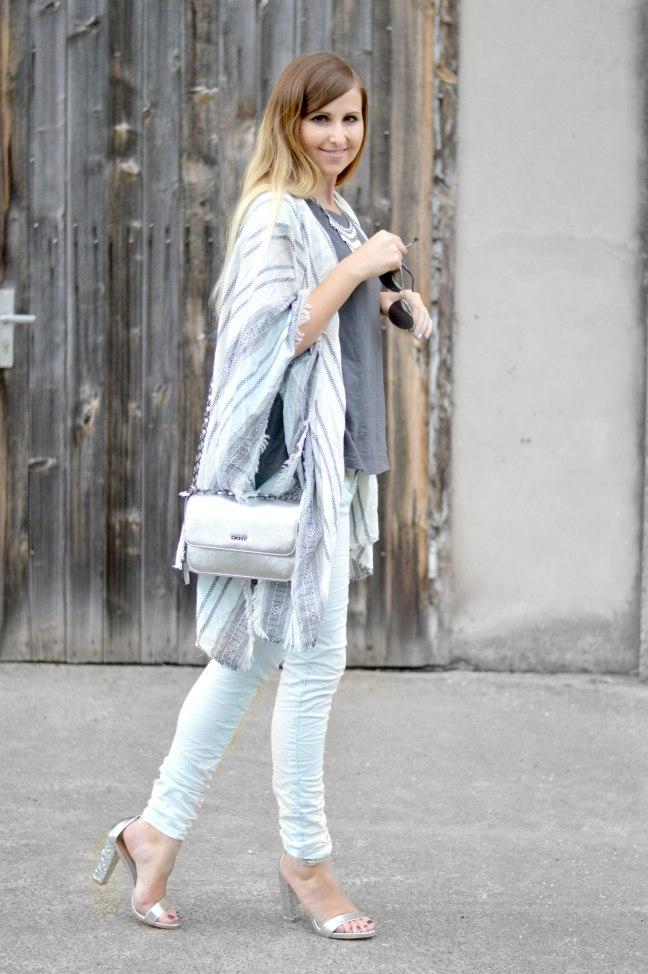 Maracujabluete-Fashionblog-Mannheim-streetstyle-outfit-hellblau-poncho-metallic-2