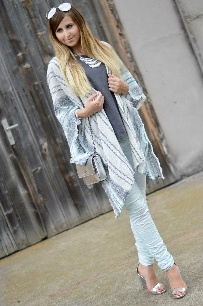 Maracujabluete-Fashionblog-Mannheim-streetstyle-outfit-hellblau-poncho-metallic-4+