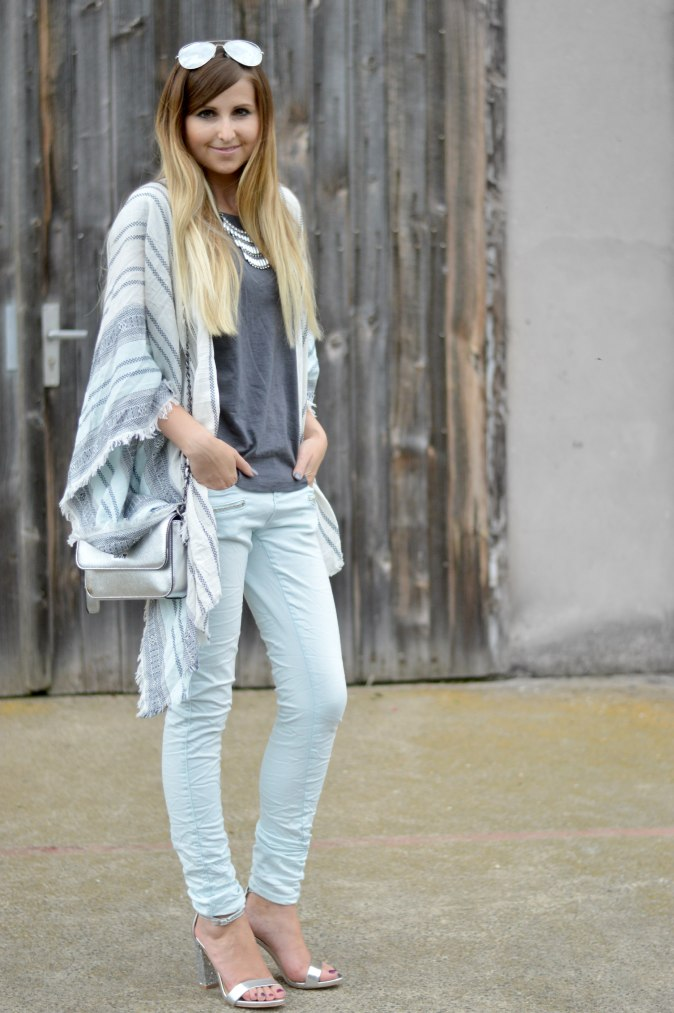 Maracujabluete-Fashionblog-Mannheim-streetstyle-outfit-hellblau-poncho-metallic-5