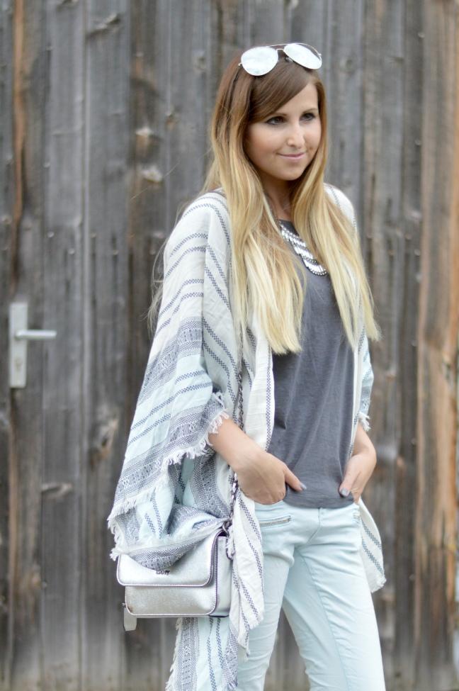 Maracujabluete-Fashionblog-Mannheim-streetstyle-outfit-hellblau-poncho-metallic-6