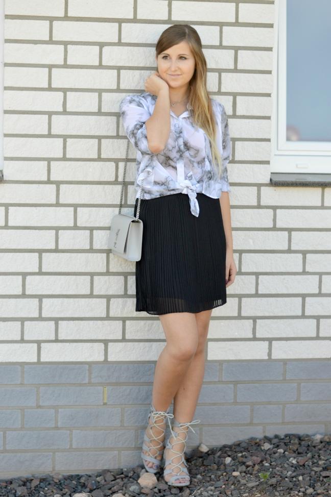 maracujabluete-fashionblog-mannheim-outfit-bluse-marmor-streetstyle-grau-weis-chic-10