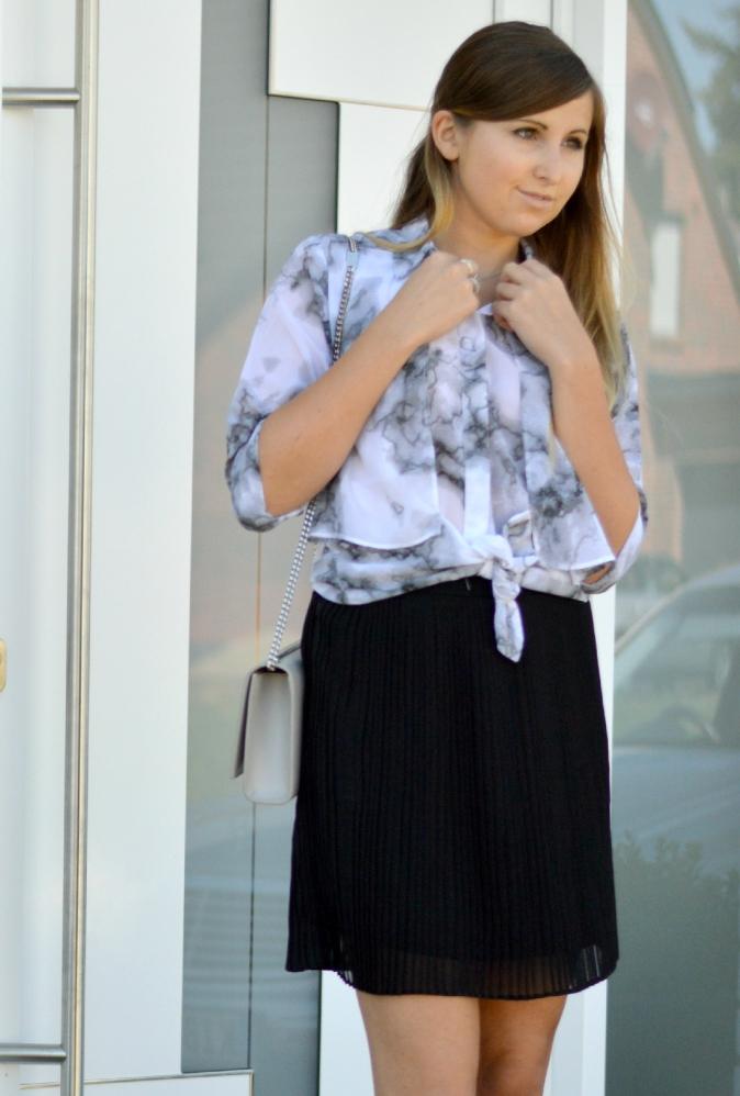 maracujabluete-fashionblog-mannheim-outfit-bluse-marmor-streetstyle-grau-weis-chic-12