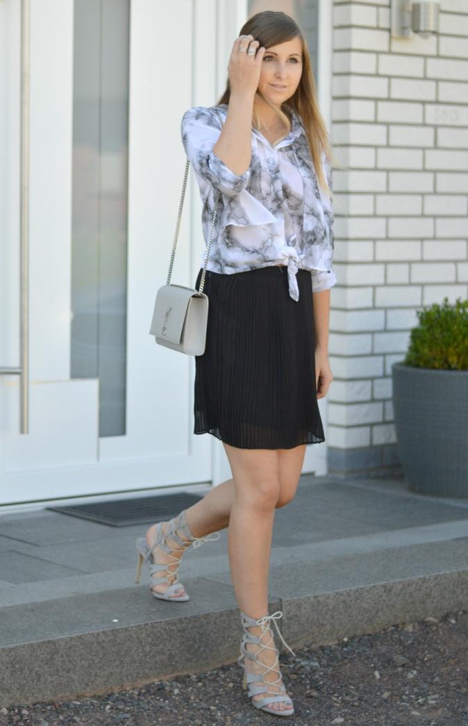 maracujabluete-fashionblog-mannheim-outfit-bluse-marmor-streetstyle-grau-weis-chic-14