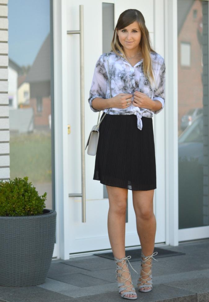 maracujabluete-fashionblog-mannheim-outfit-bluse-marmor-streetstyle-grau-weis-chic-15