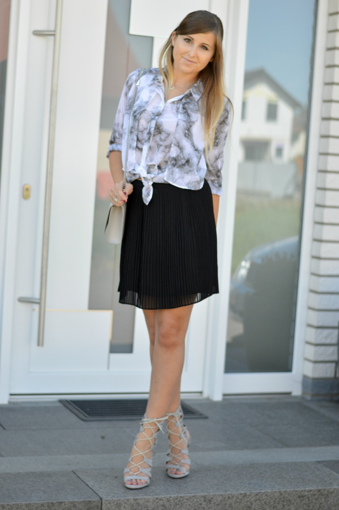 maracujabluete-fashionblog-mannheim-outfit-bluse-marmor-streetstyle-grau-weis-chic-17
