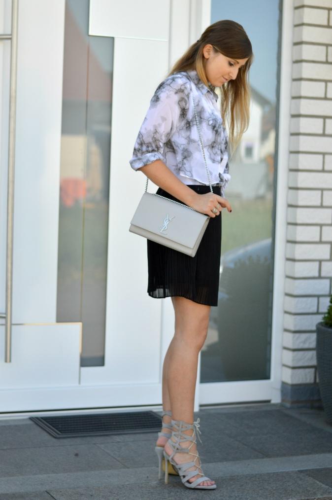maracujabluete-fashionblog-mannheim-outfit-bluse-marmor-streetstyle-grau-weis-chic-18