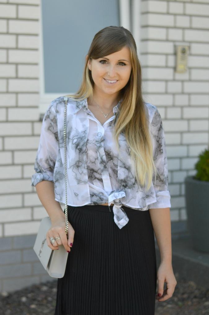 maracujabluete-fashionblog-mannheim-outfit-bluse-marmor-streetstyle-grau-weis-chic-9