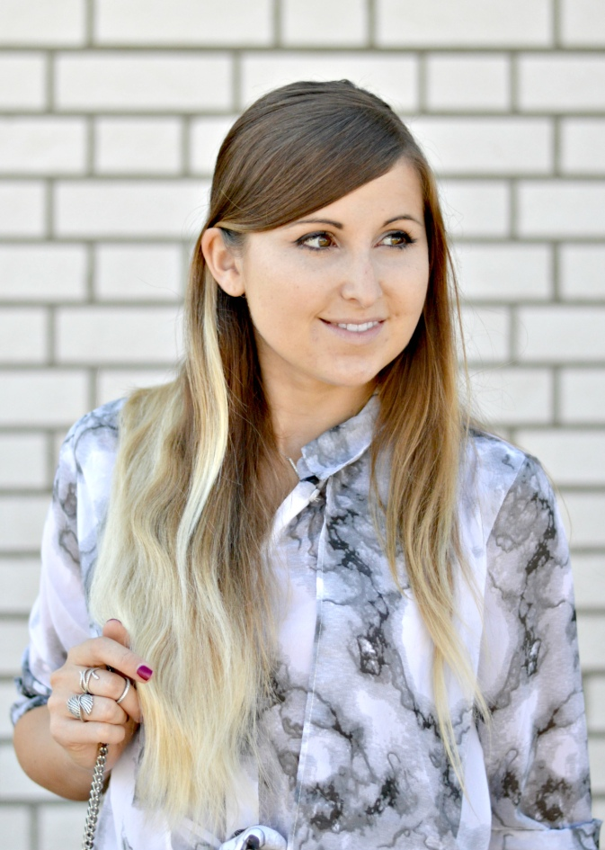 maracujabluete-fashionblog-mannheim-outfit-bluse-marmor-streetstyle-grau-weis-chic