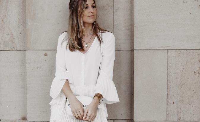 Maracujabluete-Fashionblog-Outfit-Frühling-Longbluse-Lederleggins