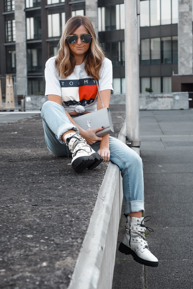 Maracujabluete-Fashionblog-Modeblog-Frankfurt-Outfit-Sommer-Levis-Shirt-Momjeans-Boots